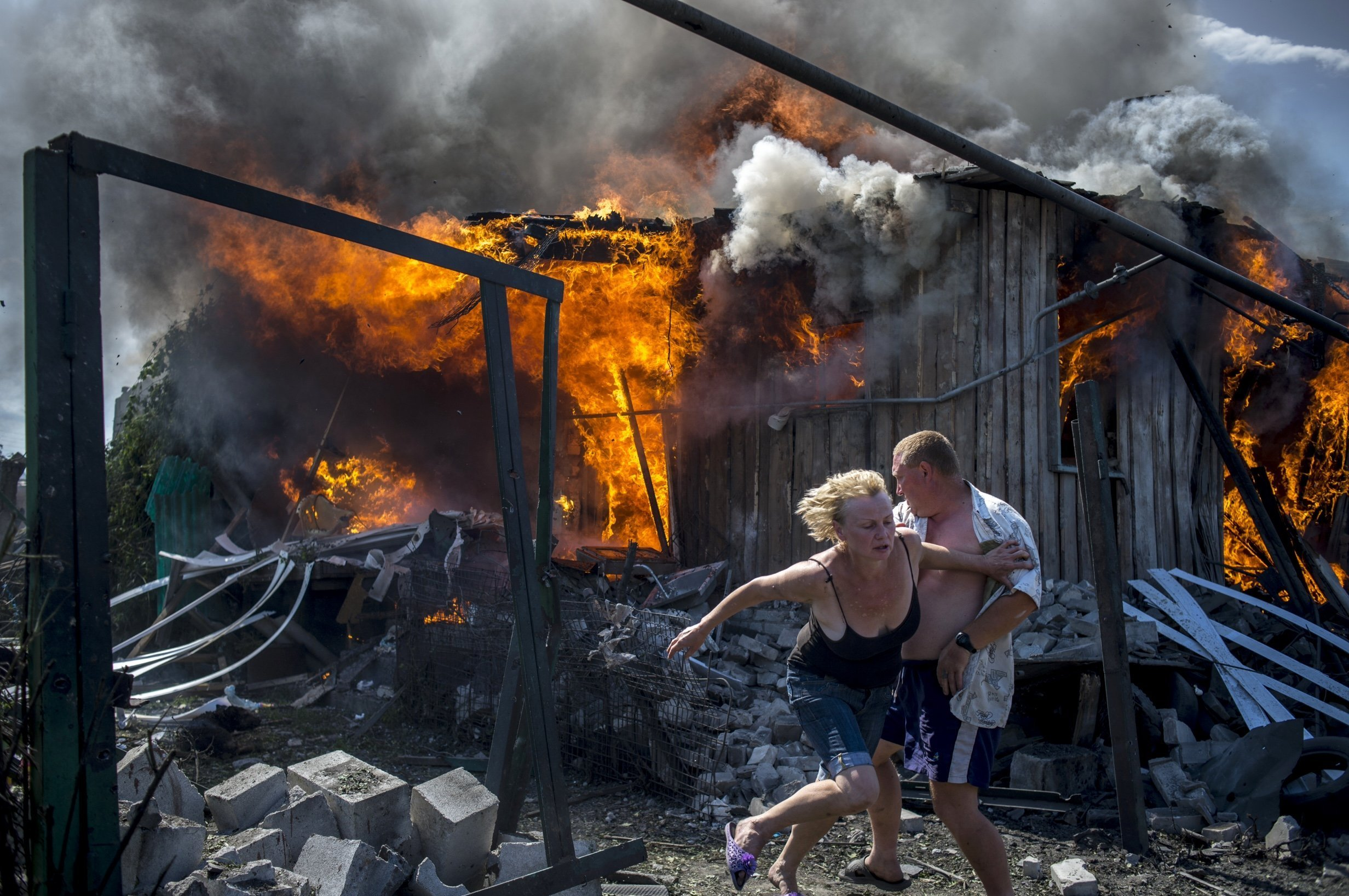 Residents of the village of Lugansk fleeing from an airstrike by the Ukrainian armed forces. Photo by Valery Melnikov