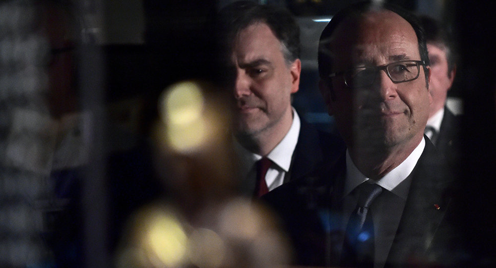 French President Francois Hollande (R) looks through the pane of a display case as he visits the Freemasonry museum (Musee de la Franc-maçonnerie) in Paris, France, February 27, 2017.