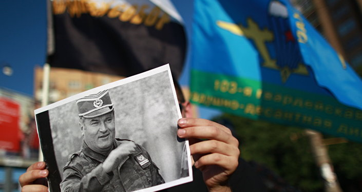 Activists stage rally near Serbian Embassy in Moscow to protest Ratko Mladic arrest. (File)