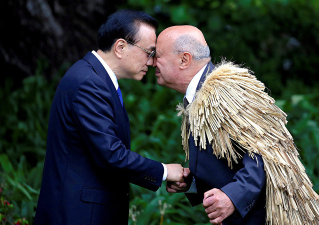 Chinese Premier Li Keqiang hongis, a traditional New Zealand Maori welcome, with Piri Sciascia during an official welcoming ceremony at Government House in Wellington, New Zealand, March 27, 2017