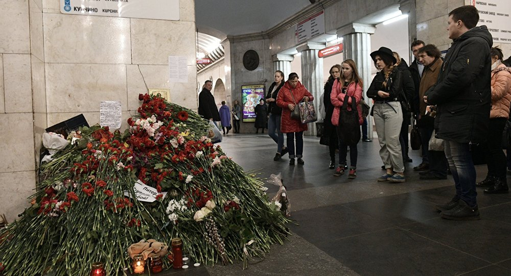 People lay flowers at the Tekhnologichesky Institut metro station in memory of the St. Petersburg Metro explosion victims.