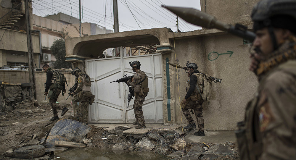 Iraqi special forces soldiers move toward the front line during fighting against Daesh in western Mosul, Iraq, March 17, 2017.