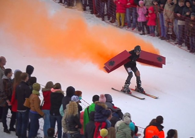 Insane Costumes and 25-Meter Puddle: Skiing Contest in Russia