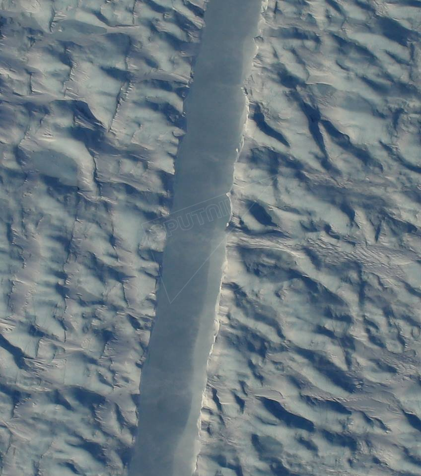 Digital aerial photography of the new crack in the Petermann Glacier.