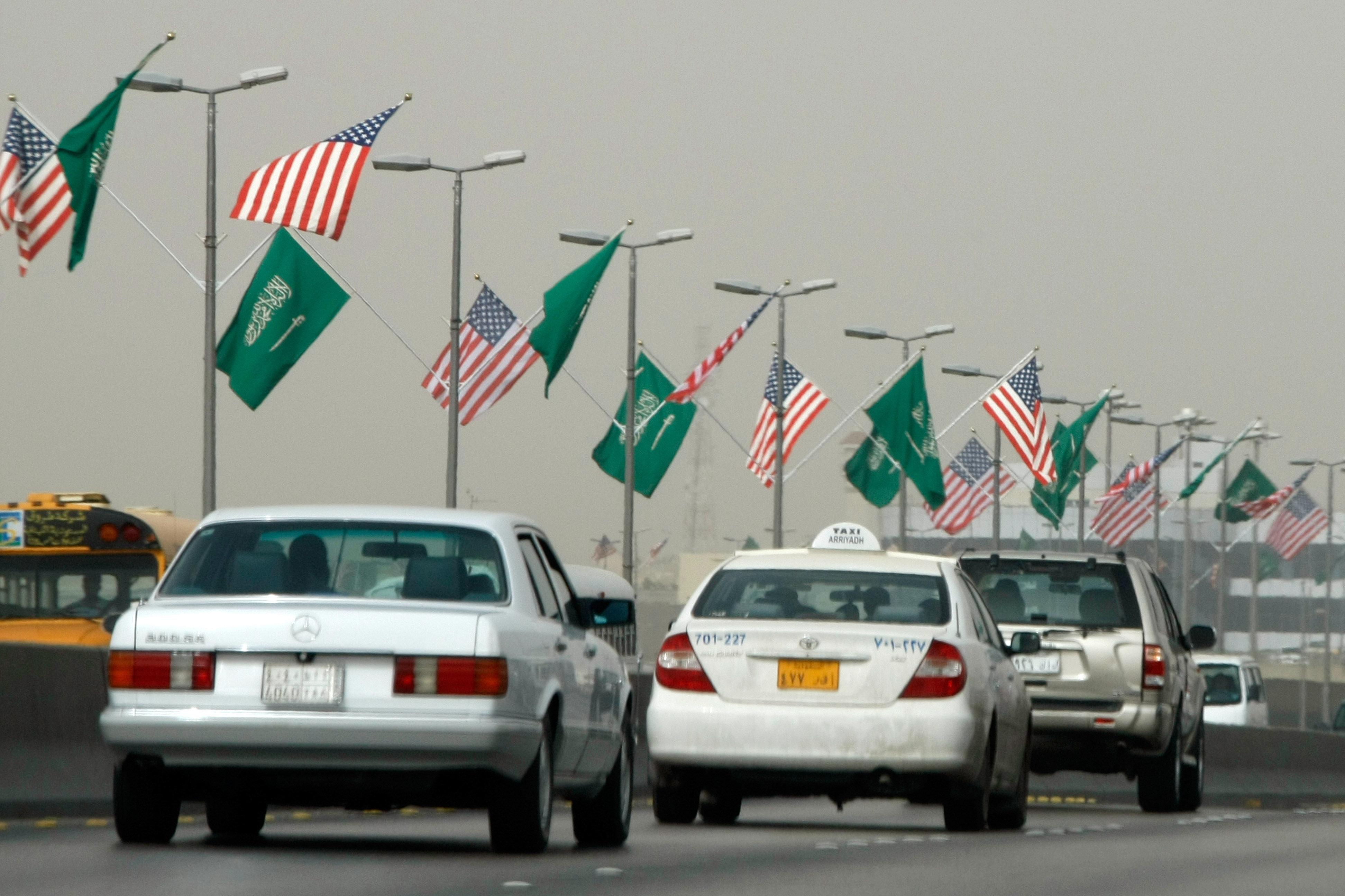 サウジアラビアの首都リヤドの主要道路に米国とサウジアラビアの旗が飛び交います(ファイル)