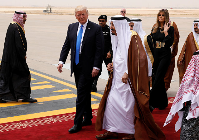 Saudi Arabia's King Salman bin Abdulaziz Al Saud (C) welcomes U.S. President Donald Trump and first lady Melania Trump (2-R) as they arrive aboard Air Force One at King Khalid International Airport in Riyadh, Saudi Arabia May 20, 2017