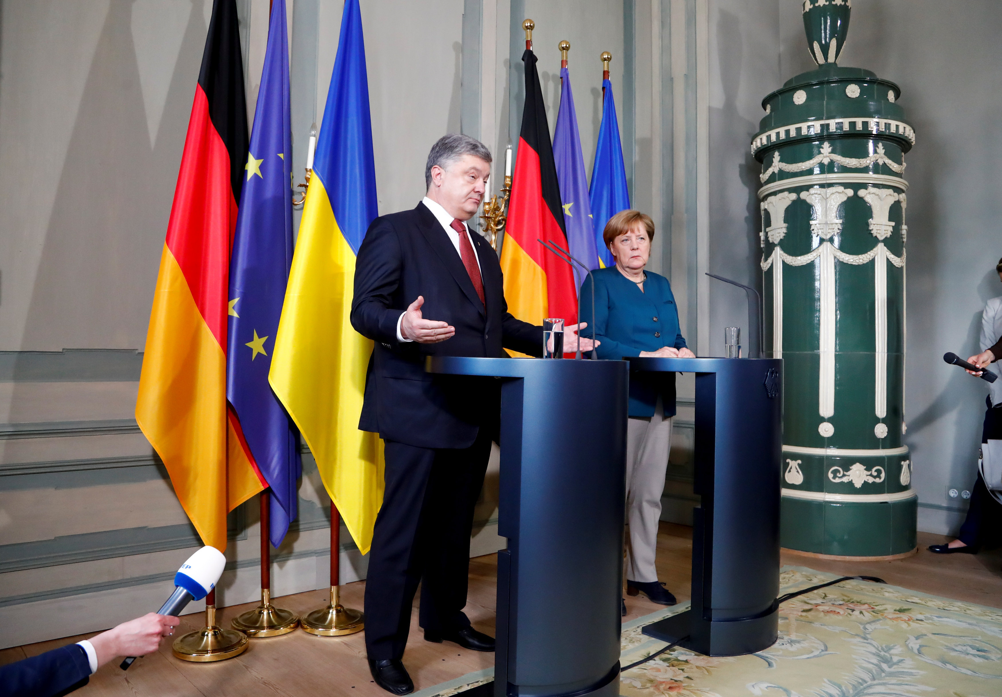 German Chancellor Angela Merkel and Ukrainian President Petro Poroshenko adress the media after a meeting at the German government guesthouse Meseberg Palace in Meseberg, Germany, May 20, 2017