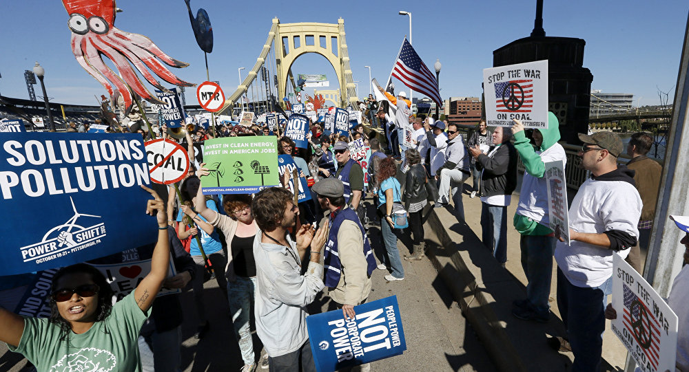 A group of union workers, right, holding signs supporting coal energy show their opposition to a group of environmental activists as they march through the streets of downtown Pittsburgh targeting fracking, coal, nuclear power, and the dangers of climate change (File)