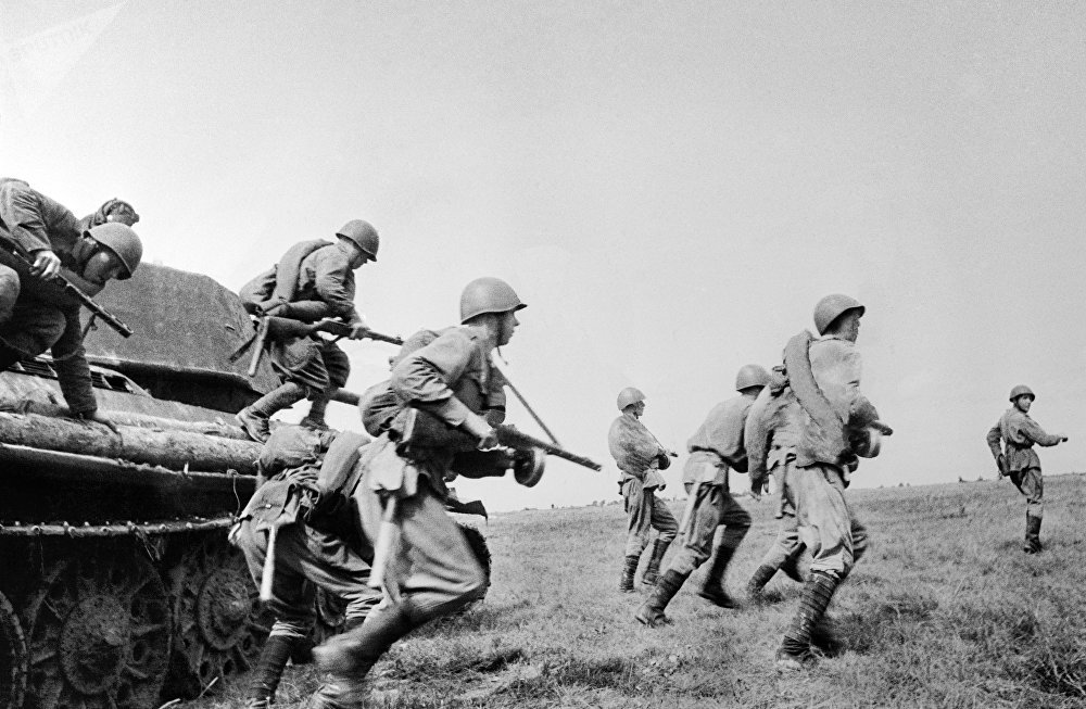 Machine-gunners going to a firing position. The Kursk Bulge.