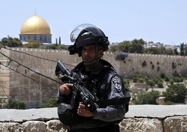 An Israeli border police officer stands guard outside in Jerusalem's Old City, 14 July 2017
