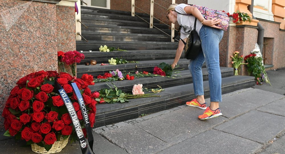 Flowers in tribute to Barcelona attack victims
