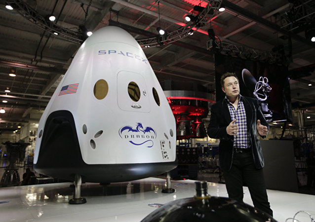 In this May 29, 2014 photo, Elon Musk, CEO and CTO of SpaceX, introduces the SpaceX Dragon V2 spaceship at the SpaceX headquarters in Hawthorne, Calif.