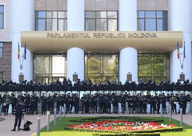 Police near the building of the Moldovan parliament in Chisinau (File)