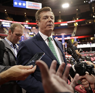 Paul Manafort is surrounded by reporters on the floor of the Republican National Convention at Quicken Loans Arena, Sunday, July 17, 2016, in Cleveland