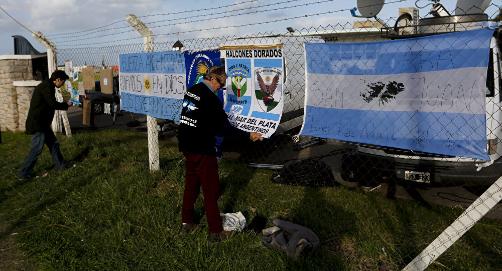 Time could be running out for missing Argentine sub; flares reported