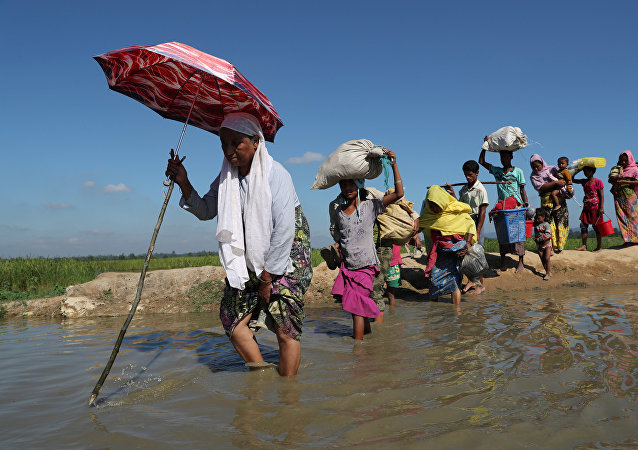 Rohingya refugees walk towards a refugee camp after crossing the border in Anjuman Para near Cox's Bazar, Bangladesh, November 19, 2017
