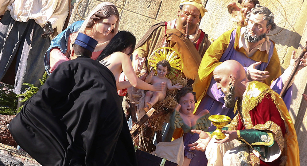 Protester tries to steal baby Jesus at Vatican