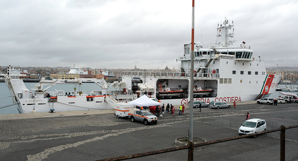 Rescuers disembark the bodies of migrants on January 8, 2018 after the Italian Coast Guard vessel Diciotti arrived in the port of Catania following a rescue operation of migrants and refugees at sea
