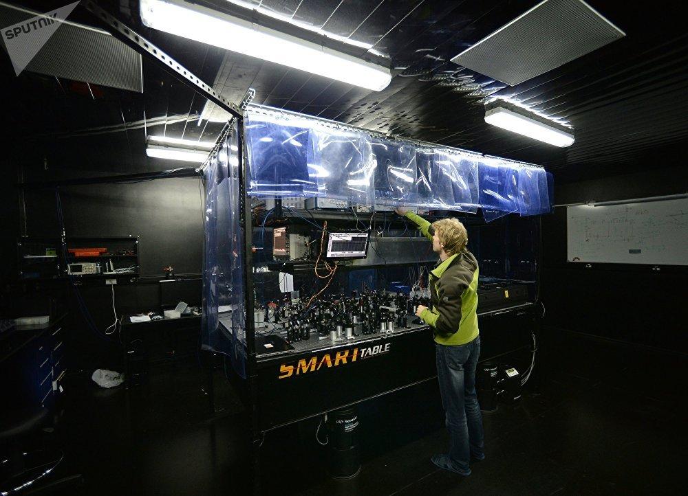 Pracovník v ruskej Quantum Centrum v Skolkovo Technopark, Moskovská oblasť.