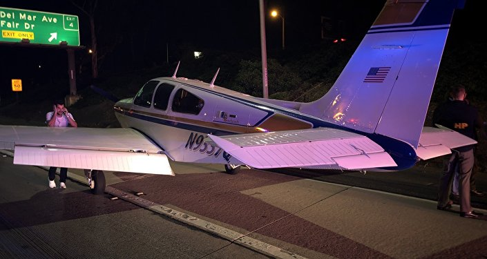 Small aircraft landed on the 55 Freeway