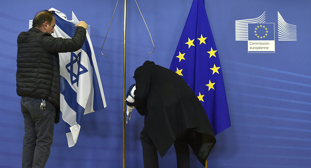 Employees of the European Commission remove the Israeli flag (File)