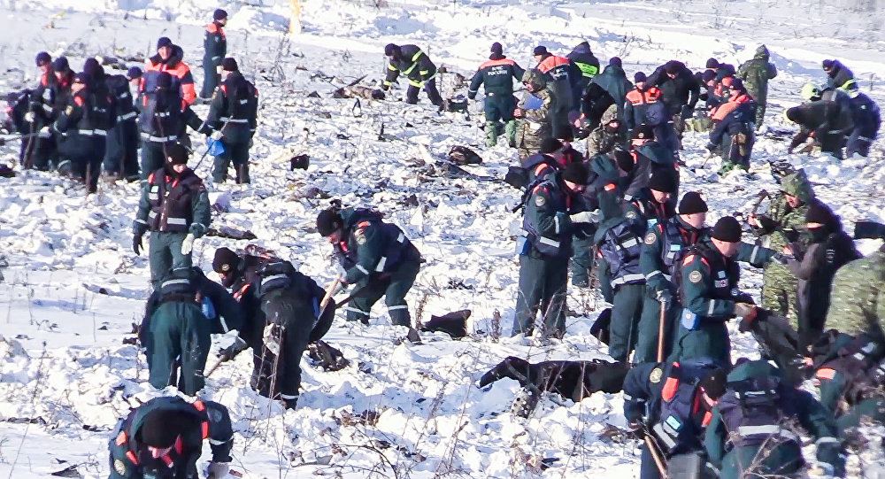 Russian Emergency Ministry officers in the Ramensky District of the Moscow Region, where the An-148 passenger plane of the Saratov Airlines Flight 703 traveling from Moscow to Orsk crashed on February 11, 2018