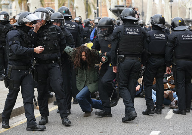 Catalan regional police officers (Mossos d'Esquadra) drag a woman during a protest called by the 'Commitees in defence of the Republic' to block the TSJC (Superior Court of Justice of Catalonia) in Barcelona on February 23, 2018