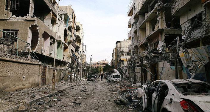 ダメージを受けた建物は、2018年2月25日シリアのダマスカス東部Ghoutaにあるドゥマの包囲された町に見られる