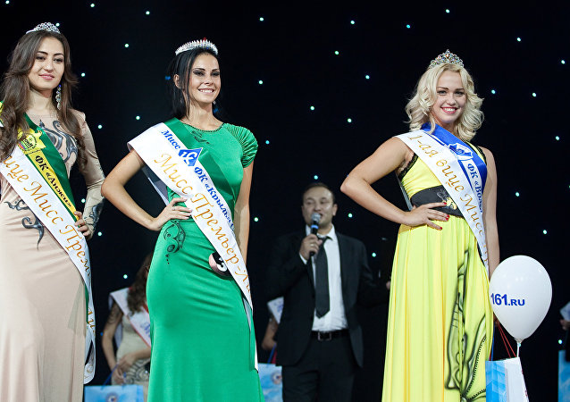 Miss Premier League - 2012 Yulia Cherkashina (center), 1st Vice-Miss Darya Kartyshova (to the right), 2nd Vice-Miss Yulduz Jumandykova (to the left)