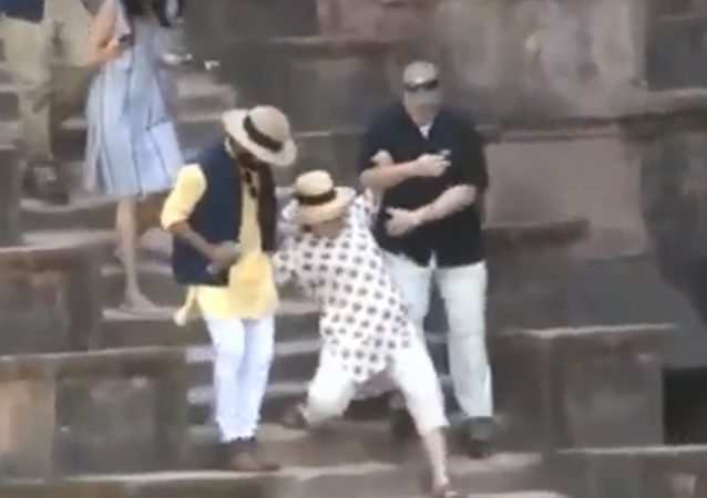 Hillary Clinton slips twice on stairs at India's Jahaz Mahal palace