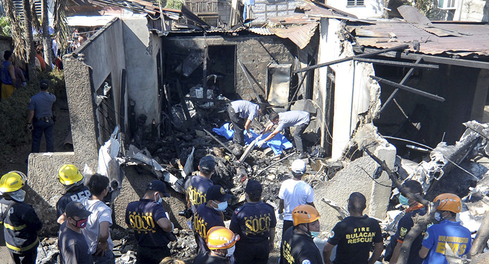 10 dead as Philippines plane crashes into house