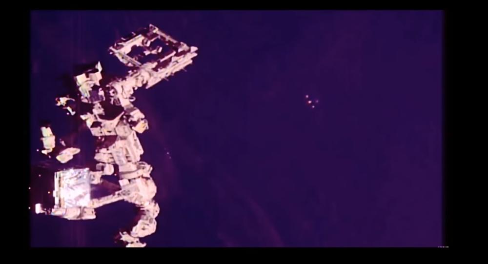 UFOs start blinking lights near ISS