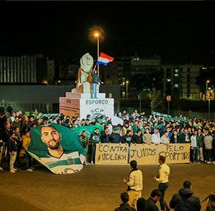 More than 500 Sporting fans gathered outside Alvalade last night to display their disgust with the hooligan attack and show their support to the players, technical staff and the club