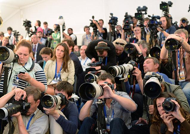 Журналисты на пресс-конференции. Архивное фото