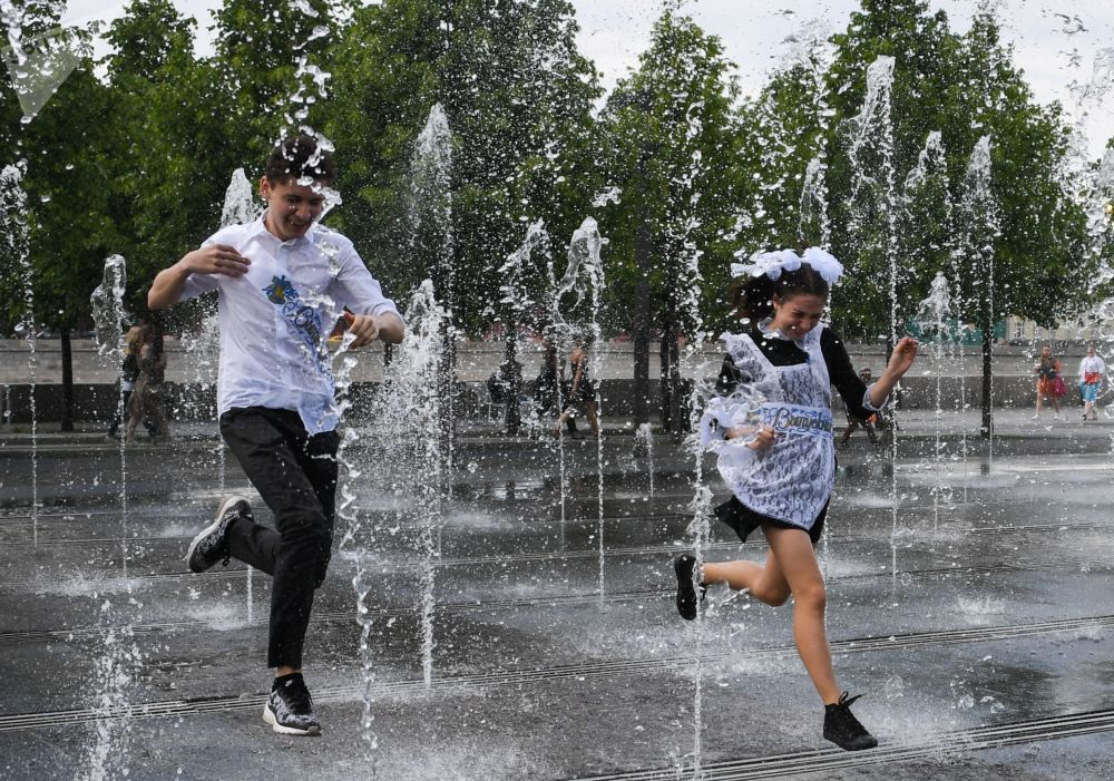 School's Out for Summer: Russian Schoolers Celebrate Last Bell