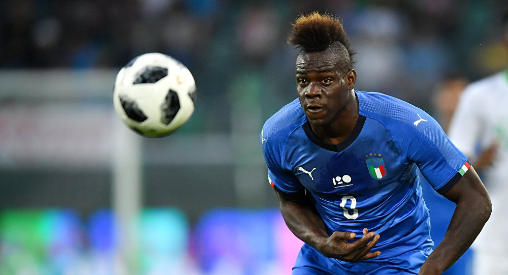 Italy's forward Mario Balotelli eyes the ball during the international friendly football match between Italy and Saudi Arabia at Kybunpark stadium in St. Gallen on May 28, 2018
