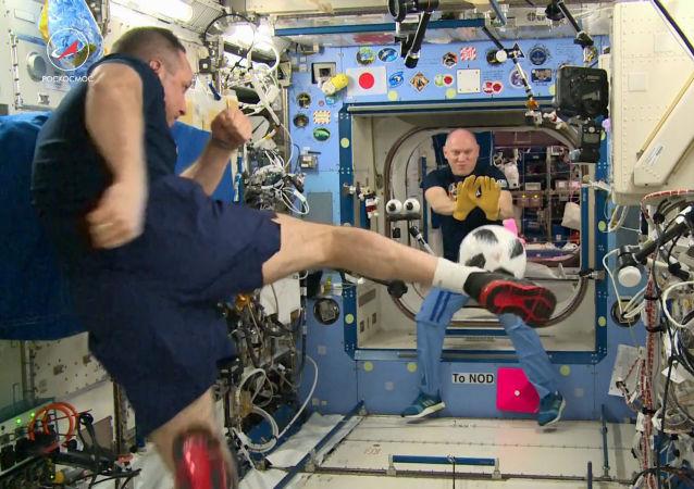 Космонавты Роскосмоса Антон Шкаплеров и Олег Артемьев проводят тренировку по футболу на Международной космической станции