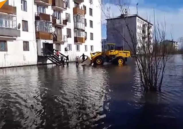 All aboard the tractor! See Yakutiya residents smooth sailing through flooded streets.