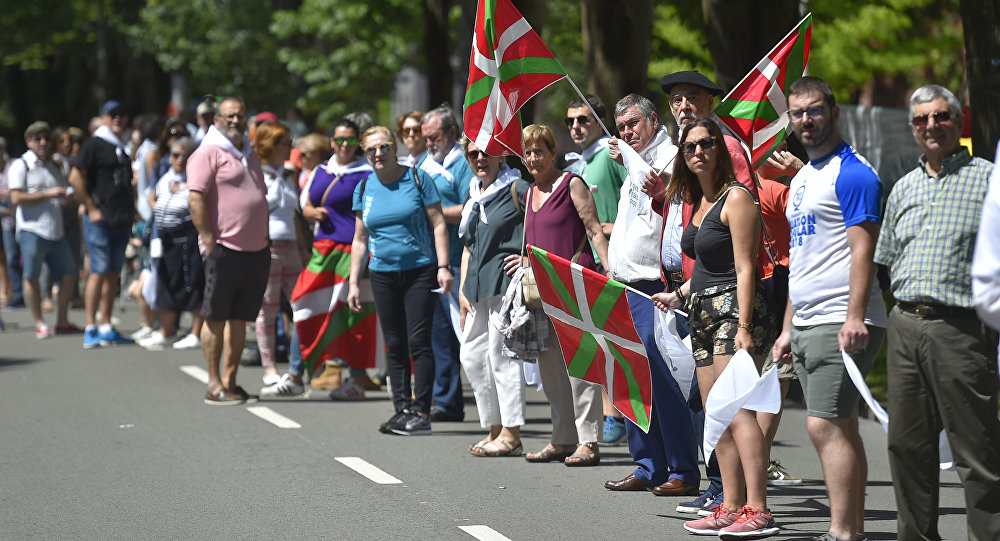 People take part in a human chain during a protest action to support the right to decide organized by Gure esku dago (It's in our hands) in the northern Spanish Basque city of San Sebastian on June 10, 2018