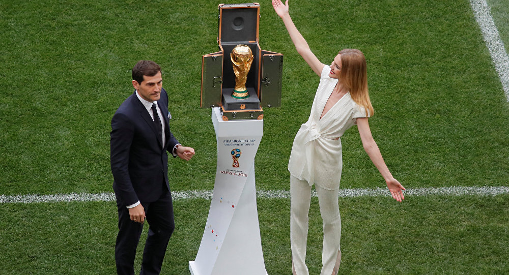 Soccer Football - World Cup - Opening Ceremony - Luzhniki Stadium, Moscow, Russia - June 14, 2018 Iker Casillas and model Natalia Vodianova present the World Cup trophy before the ceremony