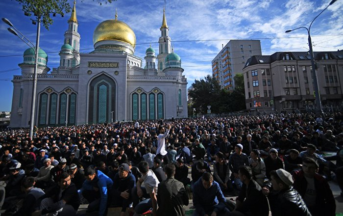 muslims-gather-outside-moscows-cathedral-mosque-to-celebrate-eid-al-adha