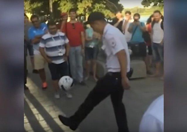 Полицейский в Ростове отчеканил мяч по взрослому