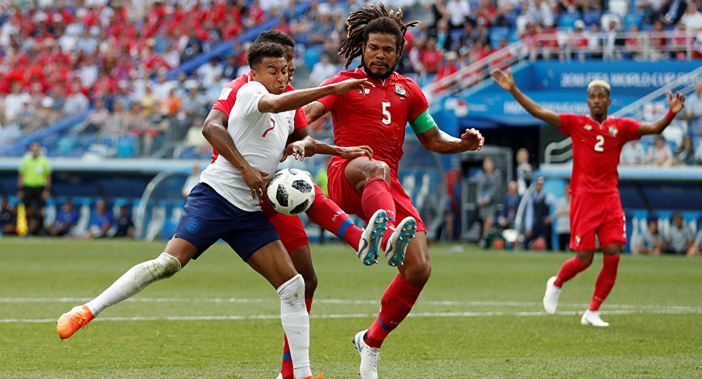 Soccer Football - World Cup - Group G - England vs Panama - Nizhny Novgorod Stadium, Nizhny Novgorod, Russia - June 24, 2018 England's Jesse Lingard in action with Panama's Roman Torres and Fidel Escobar