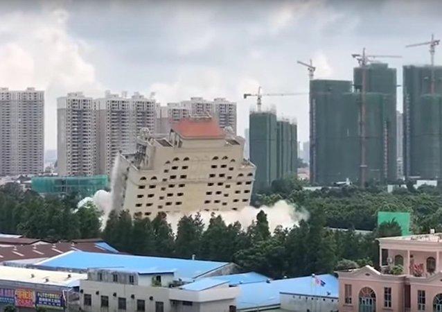Demolition of hotel in 10 seconds