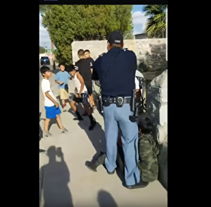 El Paso police officer points gun at children