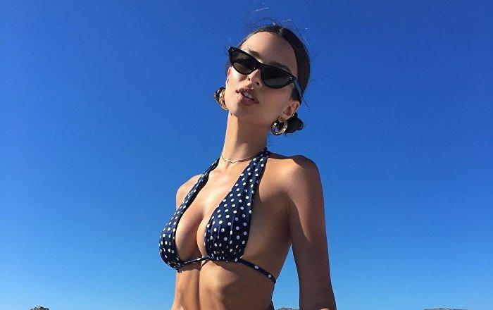 emily-ratajkowski-puts-tanned-booty-on-display-to-tease-new-bikini-line-(photo)