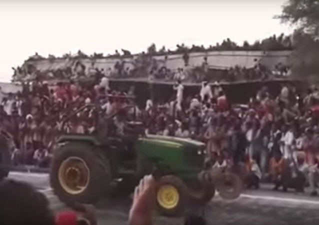 Stadium roof collapse during tractor race in Sri