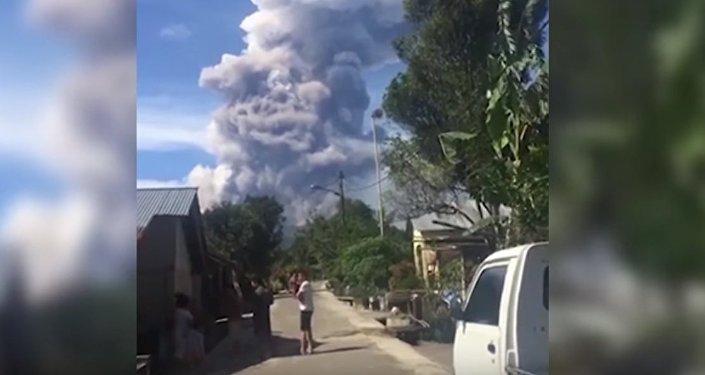 Soputan volcano erupts