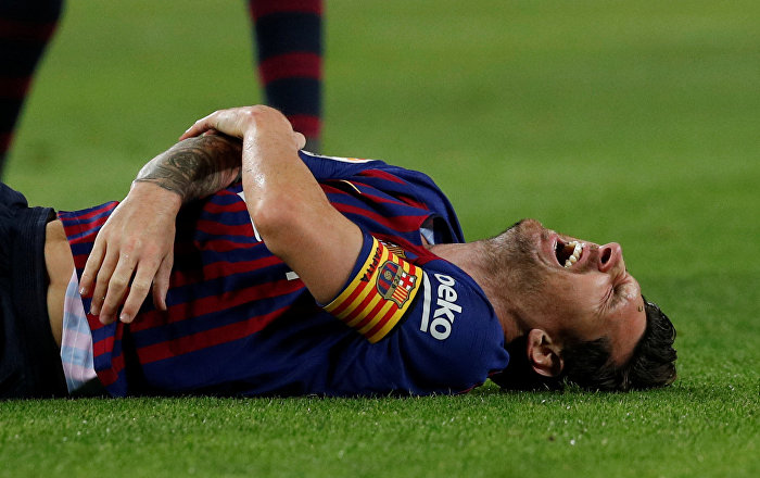 Fans Fret as Messi to Miss Barca Clash With Real Madrid Over Arm Injury