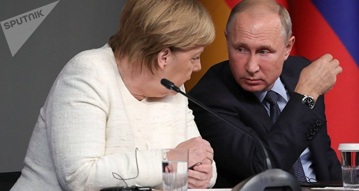 Russian President Vladimir Putin and German Chancellor Angela Merkel during a press conference following the Russia-France-Germany-Turkey summit on Syria in Istanbul on October 27, 2018.